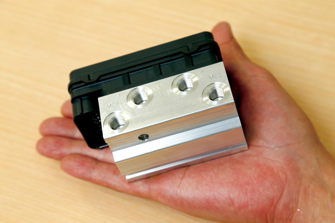 画像: ブレーキ操作によってタイヤがロックすると、車体制御が困難となり、転倒に直結することも。そのロック状態を解除してくれるのがバイク用ABSの役割。より安全な走行を実現するための装備なのだ。上の写真はABS油圧コントロールユニットで、上部に穴が4つ空いているのが2回路(前後)仕様の証。1回路用のユニットは穴2つ。