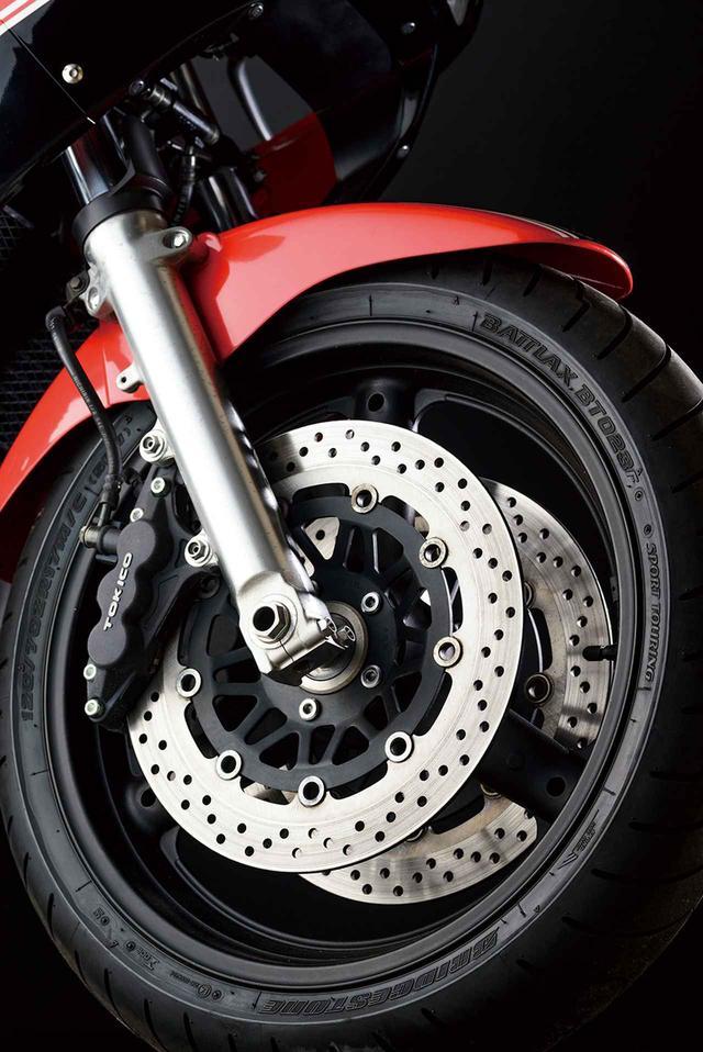 画像: フロントフォークは80年代風耐久レーサースタイルにはピッタリのインナーチューブ径φ43㎜の正立タイプをチョイス。ブレーキはトキコ製の対向6ポットキャリパーにφ310㎜ローターという組み合わせだ。
