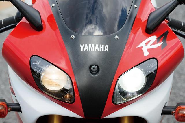 画像: 向かって右側がロービームで、ハイビーム時には両眼が点灯するプロジェクターヘッドライト。カウル類はレースの現場で素早く着脱できるようにクイックファスナーを多用している。スモークのスクリーンは社外品。