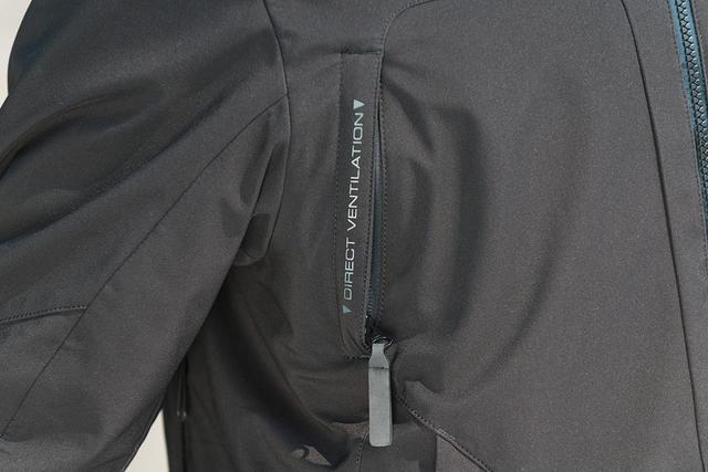 画像: 胸元と後方側部のダイレクトベンチレーションが通気性を強化し、気温に応じた快適性を実現する。