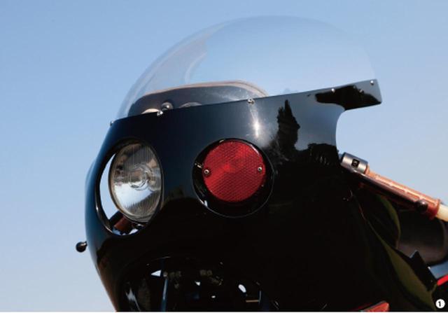 画像: ▲オリジナルカウルはデュアルヘッドライトのデザインで、FRP で製作された一品もの。デュアルヘッドは、片側をヘッドライトに、反対側を赤色灯にしてある。