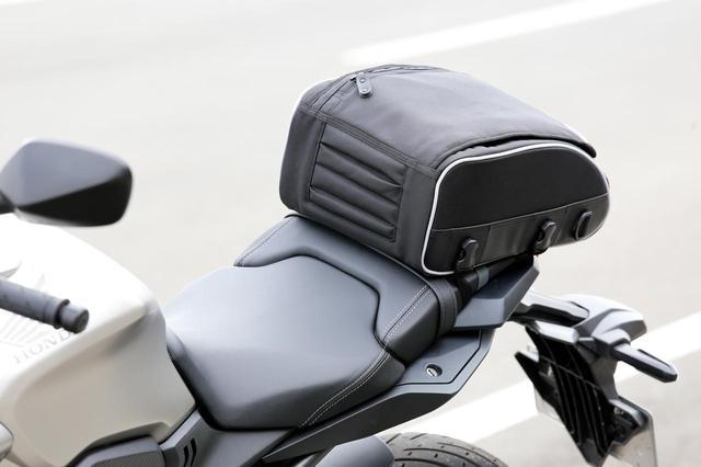 画像: こういったタイプのシートバッグならレブルにも装着しやすいでしょう。(写真のバイクはホンダCB650R)