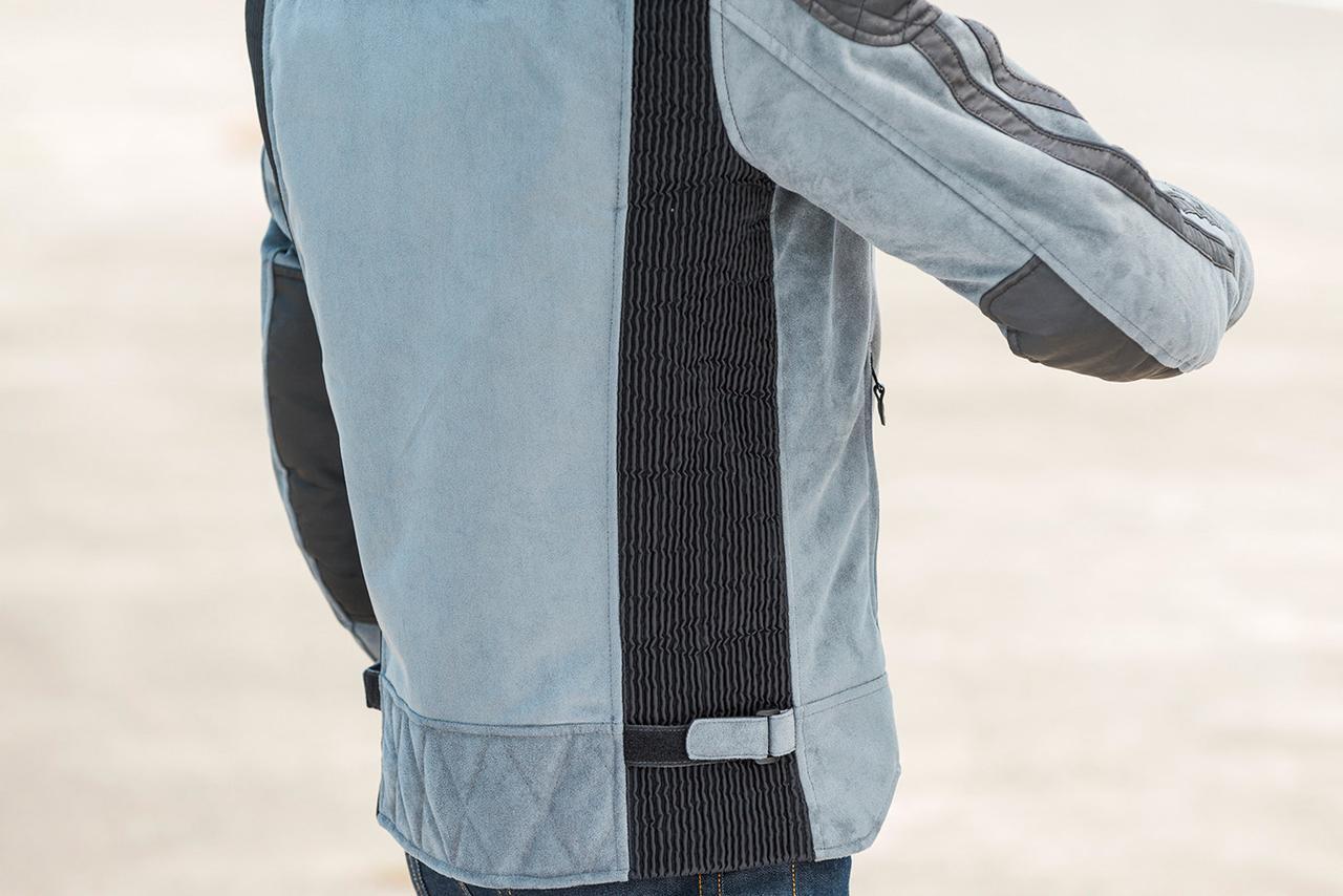 画像: 身頃のサイドは大型のシャーリングパネルを配置し、アジャストベルトでフィット感の調整が可能。