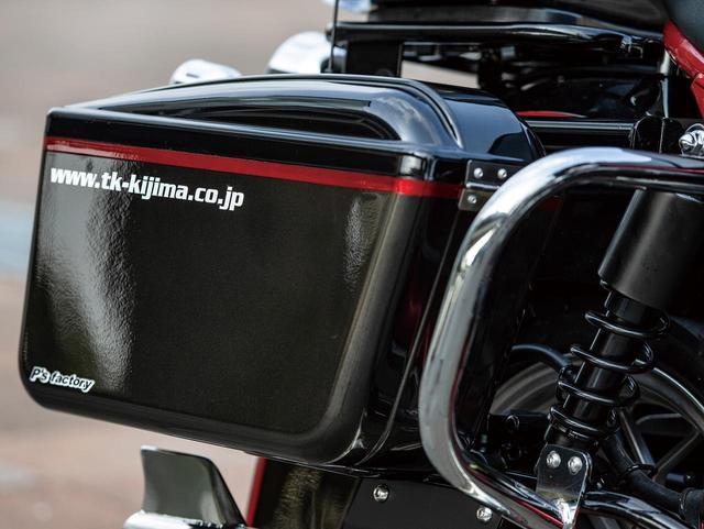 画像: カウルやフェンダーなどの外装類やトップボックス、サイドカバーなどはFRP製で黒ゲルコート仕上げだが、サイドボックスだけはABS製ホワイト。ペイントで統一感を出す。