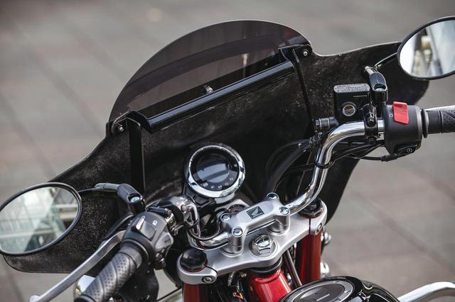 画像: ヤッコカウルの内側には、スマートフォンホルダーなどの装備を想定したφ22.2のマウント用バーを標準装備する。ほら、ロングツーリングがイメージできるでしょ?