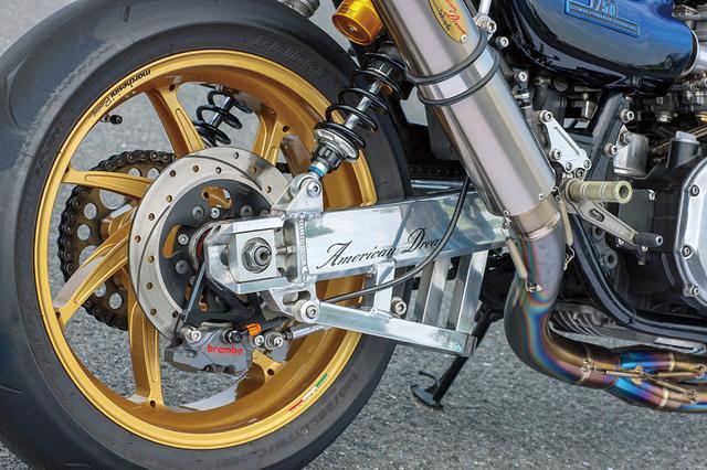 画像: スイングアームはウイリーによるアルミ目の字断面材製で下側ブレース付き。タイヤはBRIDGESTONE RS10の120/70・190/55。