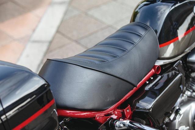 画像: 純正シートはシートレールを覆うように装着されるが、モン×ダビのシートはシートレール幅に収まるスマートな印象。タンクとの隙間もほぼない。乗り心地に気になる点は全くない。