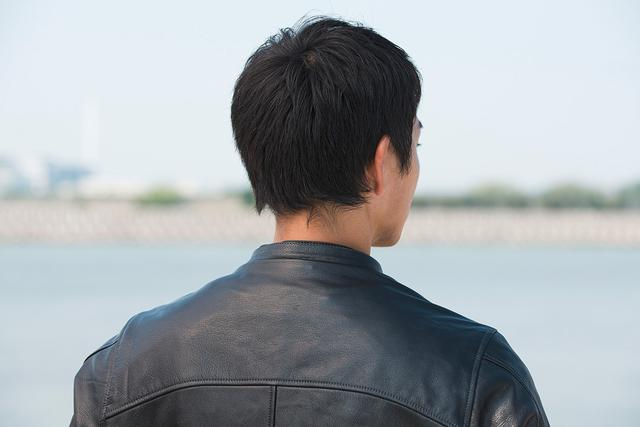 画像: フードを外すとスタンドカラーのロング丈ライダースとなり、違った雰囲気の着こなしが楽しめる。