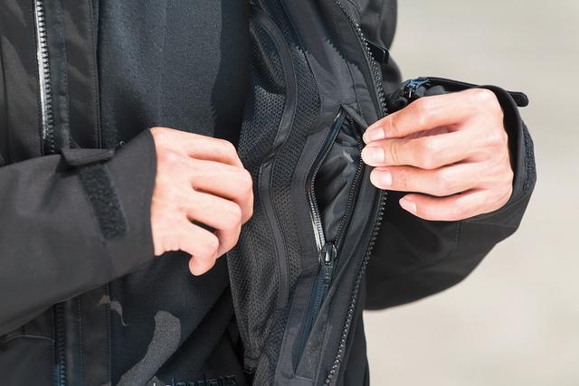 画像: フロント内側には、防水ファスナー付きポケットを装備。濡らしたくない小物を収納できる。