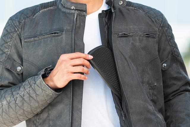 画像: 安全性もデザイン性も両立したいというライダーに嬉しい、胸部ソフトパッドも標準装備。