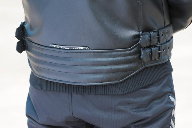 画像: インナーのリブと、長めに取られた後ろ身頃の相乗効果で前傾姿勢での風の侵入をシャットアウト。