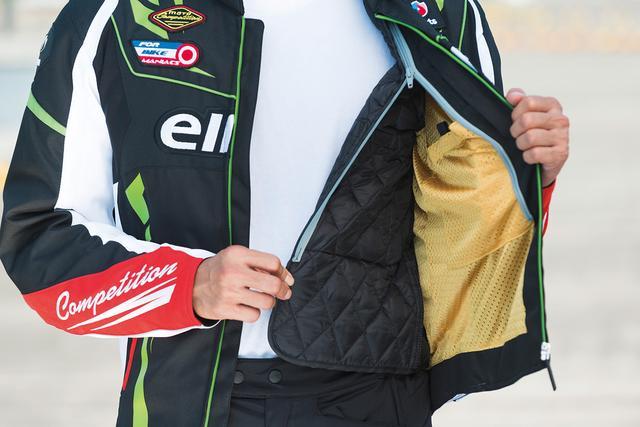 画像: キルティング加工を施した中綿入りのインナーが優れた保温性を発揮。ファスナーで着脱が可能。