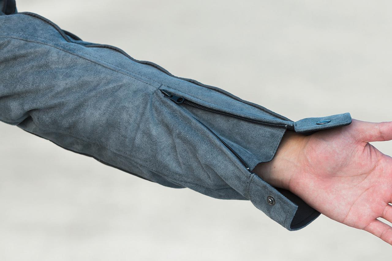 画像: スナップボタン+ファスナーで開閉できる袖口は風の侵入を防ぎ保安性を高める三角マチ付き。