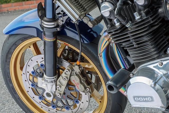 画像: フロントフォークはオーリンズφ[36→]43mmでリヤショックもオーリンズ。ブレーキキャリパーは前後ともブレンボレーシング。
