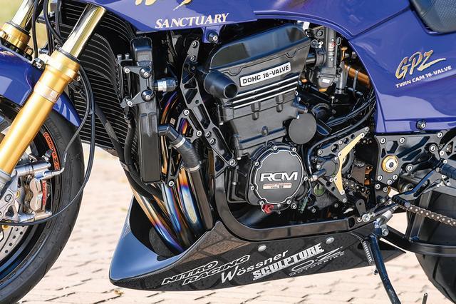 画像: コンバートではなくGPZ900Rをベースにしたエンジンはヴォスナーφ74.5mm鍛造ピストンによる[908→]958cc仕様で、A16用純正対策部品等も多数組み込まれている。クランクジャーナルラッピングやバルブガイド製作入れ替え、バルブシートカット、水圧検査等も行われた。
