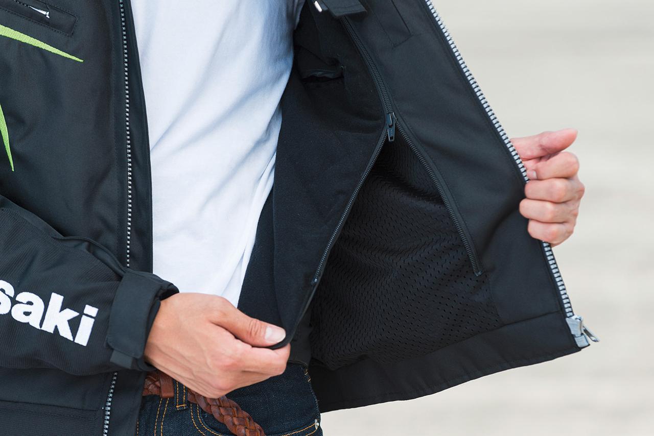 画像: 軽量な中綿入りインナーは、ファスナーで簡単に着脱ができるので、季節に応じた快適な着こなしが可能。
