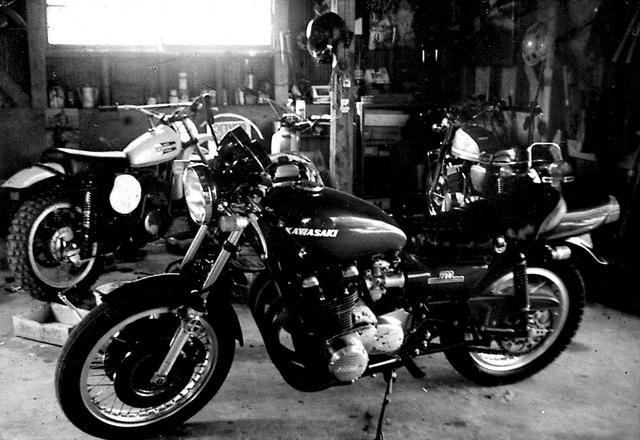 画像: 楠先生のお兄さんもオートバイやクルマが大好きであったため、実家のガレージには常に複数のオートバイがあった。Z2のバックには、現在も所有しているスズキT500やMX250などのオフロード系モデルも並んでいる。