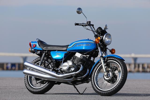 画像: カワサキ 750SS 発売年月:1971年10月/発売時価格:36万5000円 デビュー当時、世界最高の72馬力を発生する空冷2スト搭載の快速マシン。4000回転を超えてからの加速は凄まじく、月刊オートバイのインプレには「乗りようによってはレーシングマシンそのものの実力さえ出せる。乗りこなすにはそれ相応のテクニックとハートが必要で、充分安全を確保できる大人のライダーでなければ750SSに乗る資格はない」と断言された。
