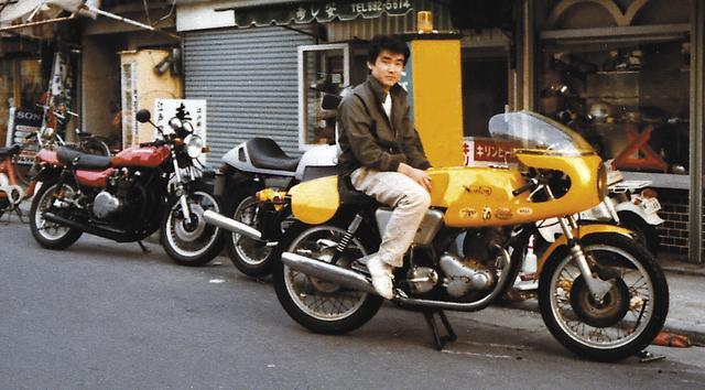 画像: 大阪でバーテンダーをしていた頃。跨がっているノートンは知人のオートバイで、楠先生のセパハン仕様のZ2は赤いペイントを施されてBMW100RSの後ろに止まっている。