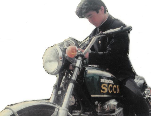 画像: 高校生の楠先生とK0。タンクに貼られた「SCCN」はニッサン・スポーツ・カー・クラブのステッカー。NDC(日本ダットサンクラブ)やPMC・S(プリンス モータリスト クラブ・スポーツ)などのステッカーチューンも当時の流行。