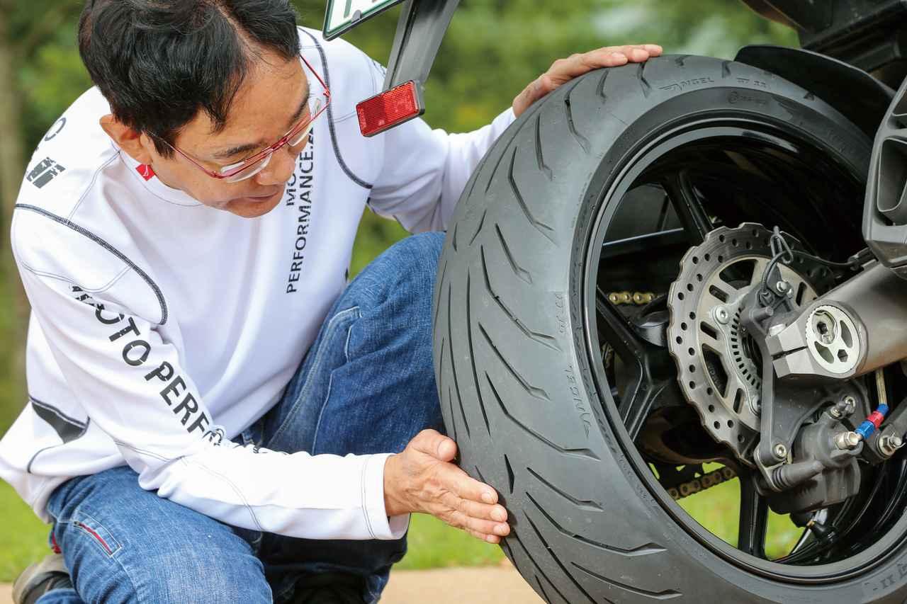 画像: スポーツタイヤとは違って温度依存性が小さく、タイヤの暖まりや路面温度をさほど気にせず走り出せる。ツーリングユースでは絶対的なグリップよりも重要な性能だと思う。