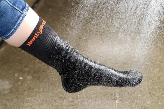 画像: シャワーで直接水を掛けると外側のナイロン生地が水を含んで全体に冷たくなるが、生地の内側まではしみこまない。