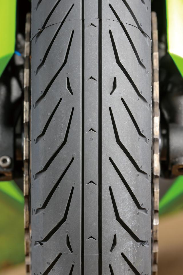 画像: フロントはスーパーバイクレースのインターミディエイト(濡れた路面用タイヤ)からフィードバックされたデザインに一新された。