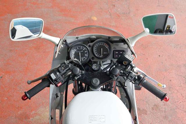 画像: コンパクトにまとめられたレーシーな雰囲気満点のコクピット。トップブリッジはTZR50から流用されている。