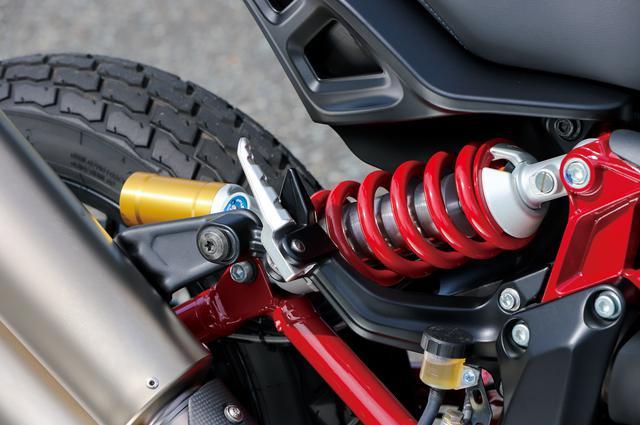 画像: Sとレースレプリカはピギーバックタイプのリザーバータンク付きリアショックを採用。プリロード、伸圧減衰の調整が可能なフルアジャスタブルだ。