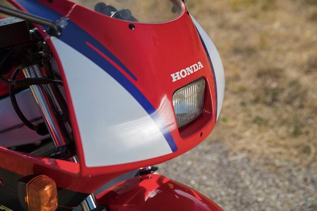 画像: アッパーカウルのデザイン自体は、1989〜1994年モデルと共通のものだ。NSR500などのイメージを取り入れたレーシーでシャープなデザインが特徴。