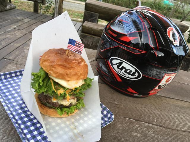 画像: BIG1のばかでかいハンバーガー ヘルメットの隣に置いてこのデカさw