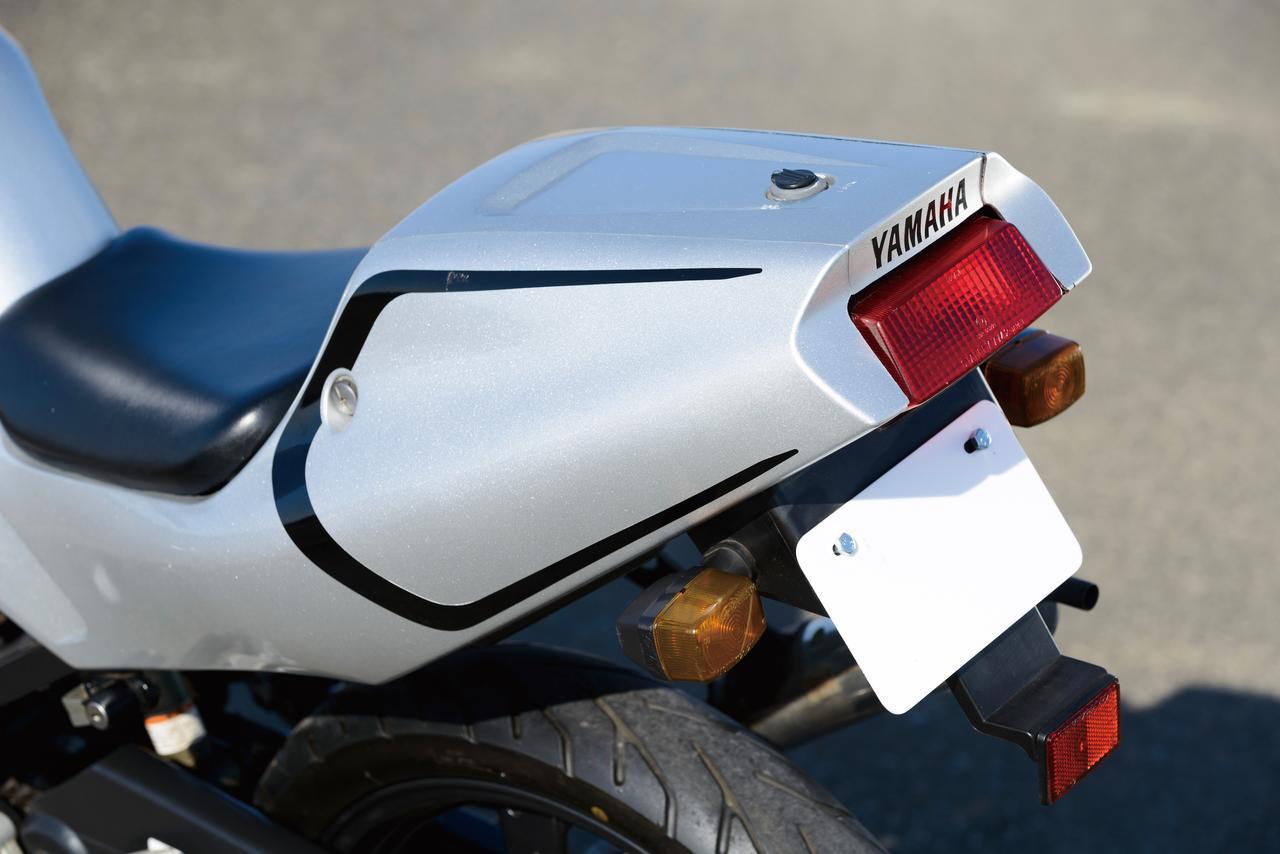 画像: TZR50からTZR50Rとなって、形状が変更されたテールカウル。後端に向けて細く絞り込まれたデザインがシャープなイメージ。上面にふたがあるのがわかるが、これは内部に設けられた収納スペース用。