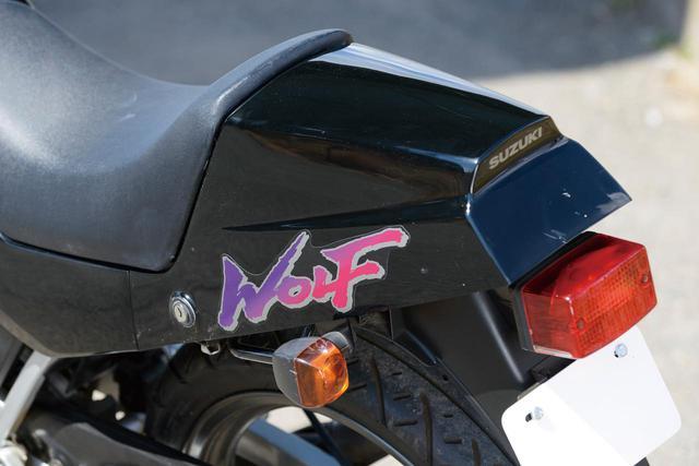 画像: レーサーレプリカらしさが残るテールカウルは1990年モデル以降のRG50Γに装着されているものと同じ。筆文字風でグラデーションの入ったデザインの「WOLF」ロゴが、黒いボディによく映えている。