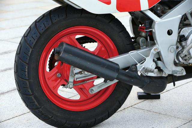 画像: フロント3.50に対し、リアはやや太い4.00-12インチのタイヤを履く。ホイールはハブが別体。リンクレスのシングルショック。GT系エンジンということもあり電装は6V。