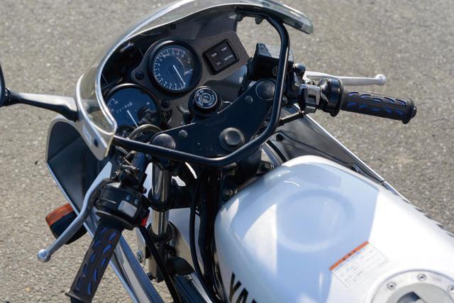 画像: 50㏄らしいスリムなボディの中で、レーシーにまとめらたハンドルまわり。タンク上面、給油口の前方には、ライダーが伏せたときにヘルメットのあご部分をクリアするためのくぼみがあるのがわかる。