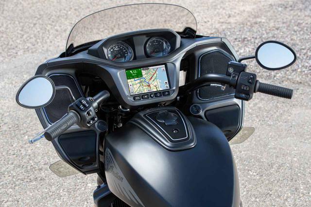 画像: インターパネルには、アナログタイプのスピードメーターやタコメーターに加えて、大サイズのタッチスクリーン式インフォテインメントシステム「Indian RideCommand」が搭載されています。主要な車両情報、Bluetooth®およびUSBモバイルペアリング、レスポンスの早いクアッドコアプロセッサを備えています。