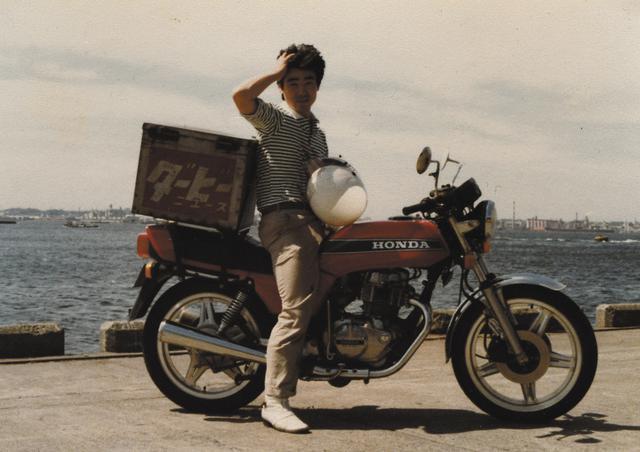 画像: ダービーニュースでの仕事も1年が過ぎ、3台目のバイクはホンダ・ホークⅢに。同僚と一緒に撮った写真には、RZ250やGSX400Fの姿もある。
