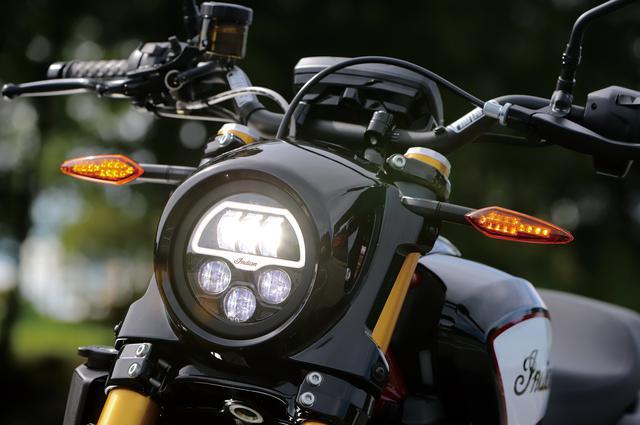 画像: ヘッドライトはユニークな内部レイアウトを採用するLED。Sとレースレプリカにはブラックのカバーが備わる。ウインカーも前後LEDを採用している。