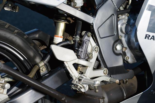画像: 1993年にデビューしたTZR50R、エンジンはYZ80用をベースにしたセル付きのもの。リアサスペンションはリンクレスのモノクロスサスで、ダンパーにはガス封入式のビルシュタインタイプのものが使用されている。
