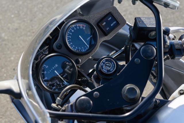 画像: 左側の60㎞/hスケールのスピードメーター、車体中央寄りの1万4000回転まで刻まれ、1万2000回転からレッドゾーンとなっているタコメーター。いずれも視認性に優れたアナログ表示。