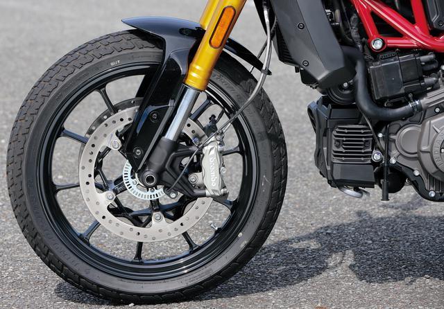 画像: 43㎜倒立フォークは150㎜ものホイールトラベル量を実現。IMUとの組み合わせできめ細やかな制御を可能にしたABSも標準装備だ。タイヤはダンロップ製。
