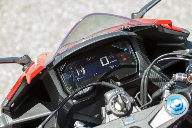 """画像: メーターはフルデジタル方式。燃料計、時計のほか、瞬間/平均の燃費、燃料消費量表示機能を備える。また、シフトアップインジケーター機能、タコメーターピークホールド機能など、""""走り""""のための機能も充実。"""