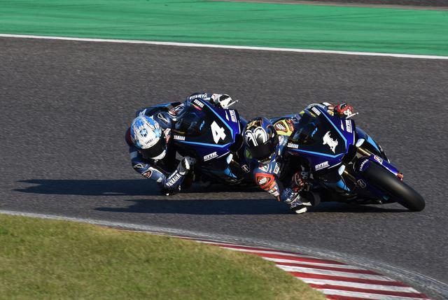 画像: 中須賀も鈴鹿は得意なコースで、「鈴鹿は苦手です」という野左根も常にトップ2の後ろにいます