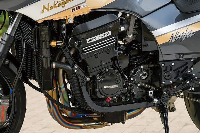 画像: 左サイドカムチェーンのエンジンはワイセコφ[72.5→]78mm鍛造ピストンによるTGナカガワのTGN#1050コンプリートST-3メニューで仕上げられる908→1050cc仕様。面研/ポート研磨/クランクフルバランスやコンロッド重量合わせにヨシムラST-1カム等を組み込む。