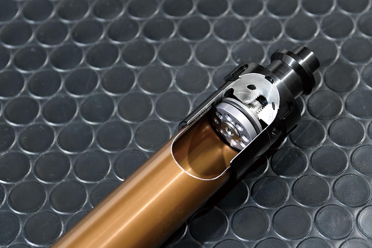 画像: フォークボトムとカートリッジキットの締結部。このブラウンカラーはカシマコートによるもので、カシマコートは硬質アルマイト被膜にある多孔部に二硫化モリブデンを析出させて潤滑性能と耐摩耗性を高める、アルミへの特殊加工なのだ。