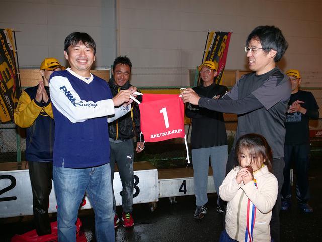 画像: チャンピオンの証である「赤の1番」が、前チャンピオンの冨永選手から新チャンピオンの池田選手へと手渡された。