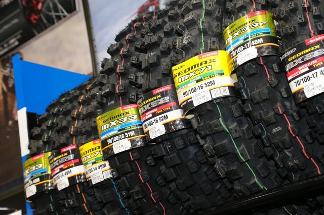 画像: オフロード用のタイヤを多数ラインアップしているバイクショップって、意外と少ないんですよね。その点、ライコランド柏店のオフロードコーナーなら安心。