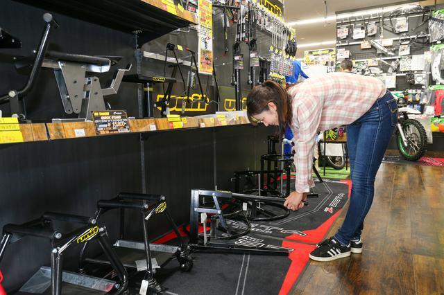 画像: 編集部ではいつもタイヤ交換を担当している梅ちゃん。ビード落としはもちろん、タイヤ交換用のアイテムも気になっていたようです。