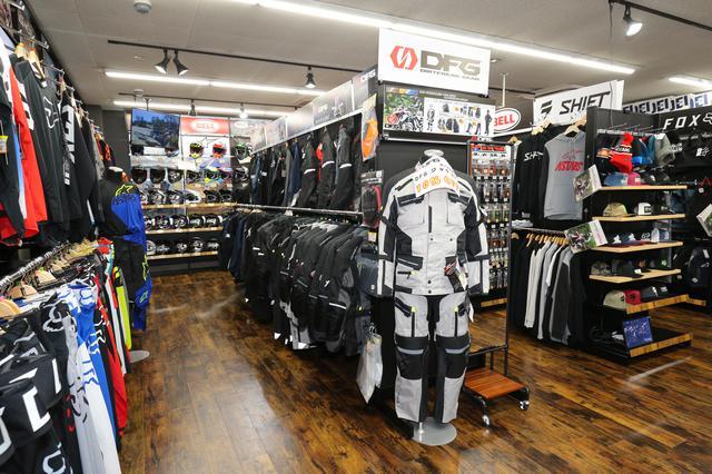 画像: 店内にはオフロード用のアパレル品がズラリ!