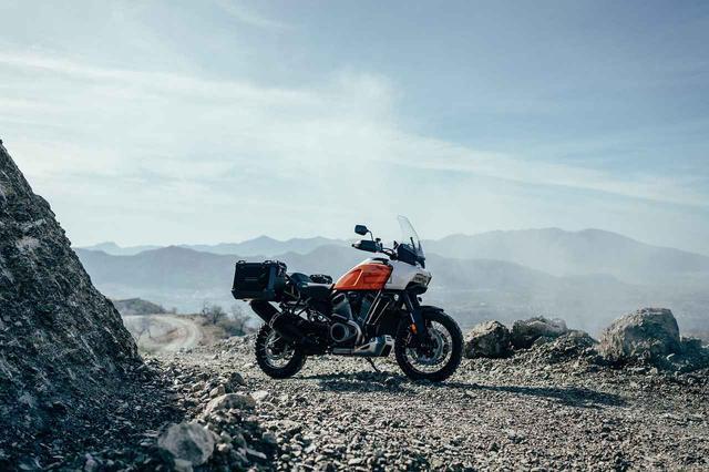 画像: アドベンチャーバイクらしいロングスクリーンや、オプションのサイドケースも装着可能。